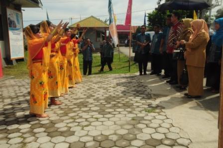 Tarian penyambutan tamu dalam kegiatan peresmian Gedung baru, Pencanangan kampus bebas asap rokok dan pelepasan PKLT.